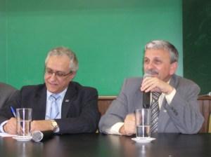 O presidente do Conselho Curador, professor José Policarpo de Abreu conversa com pesquisadores, ao seu lado o Diretor Cientifico do Conselho, professor Mario Neto