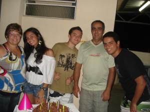O comerciante André Fernandes, sua mulher e seus 3 filhos