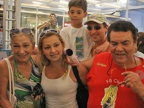 A família de Josy (Jeanne ao centro) após sua saída da Casa de Vidro