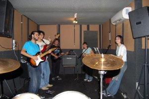 Gustavo Miranda em gravação com sua banda de Rock Japonês