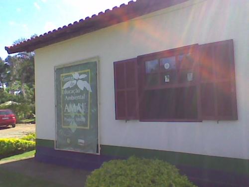 Casa onde crianças participam de projeto de educação ambiental