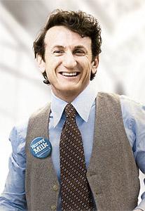 Sean Penn é Harvey Milk na cinebiografia do ativista assinada por Gus Van Sant (Foto - Reprodução)