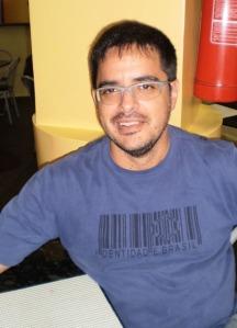 Luiz Cézar pesa as sobras antes e depois de serem levadas à cozinha para controle