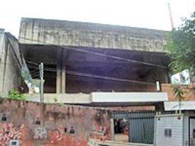 A obra do teatro, atrás da Igreja de São Sebastião