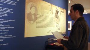 """Curador da Exposição, Aloísio Nunes, confere textos de """"Papiers"""""""