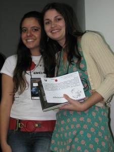 """Repórter do vídeo """"Colecionadores"""" recebe no palco o prêmio da III Mostra Acesso"""