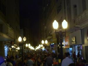 Movimento na Rua Halfeld ainda era grande no início da noite