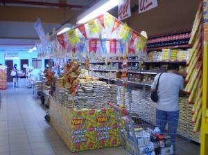 Supermercado da cidade decorado para chamar a atenção dos consumidores