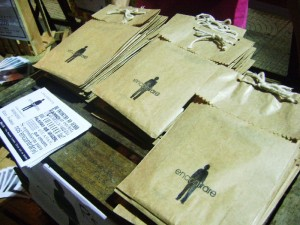 Na foto, o kit com as quatro primeiras edições do Encontrare. A publicação é fotocopiada, grampeada, em preto e branco. Cada texto pode ser destacado a fim de ser passado adiante