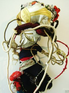 """""""O pequeno sacerdote"""", de Sonia Gomes, integra a exposição"""
