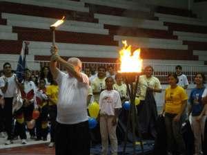 Rolf Pery acende a tocha dos Jogos Universitários