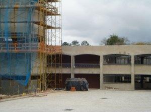 Os prédios estão sendo ampliados.