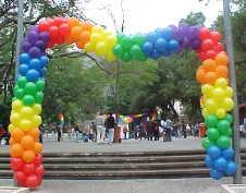 Principais pontos turísticos da cidade são decorados de acordo com o Rainbow Fest