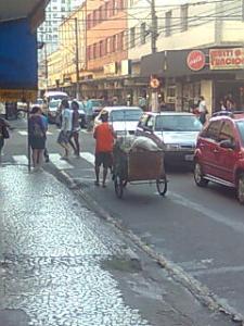 Catador de papel circula com seu carrinho na Rua Floriano Peixoto