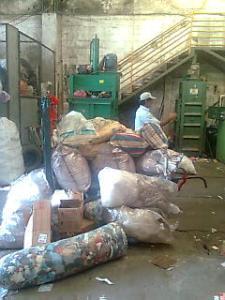 Em uma empresa no centro da cidade, José Bernardino deposita o material coletado