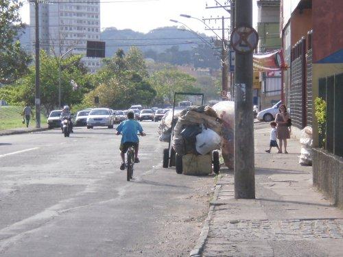 Carrinho de catador obstrui avenida movimentada da cidade