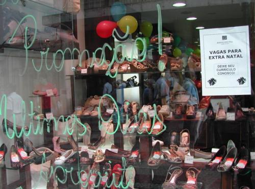 Anúncios de novas contratações em vitrine
