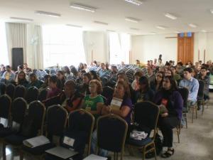 Jornalistas, estudantes, representantes de movimentos socias e pessoas da sociedade civil reunidas no debate de sábado
