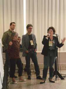 O presidente da Associação dos Surdos, Rodrigo Geraldo Mendes e os jornalistas Aníbal Pinto e Cláudia Figueiredo fizeram perguntas para a mesa